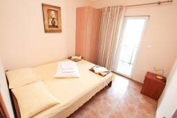Спальня. Черногория, Игало : Двухкомнатный апартамент с отдельной спальней, кухней, балконом с видом на море