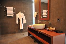 Ванная комната. Черногория, Будва : Представительский люкс