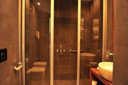Ванная комната. Черногория, Будва : Гранд апартаменты