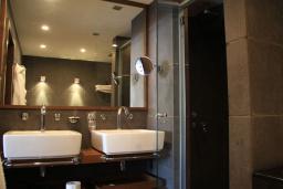 Ванная комната. Черногория, Будва : Люкс с видом на горы