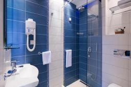 Ванная комната. Черногория, Будва : Стандартный номер c балконом 3*