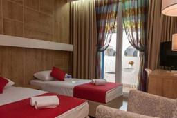 Спальня. Черногория, Будва : Стандартный номер с балконом  4*