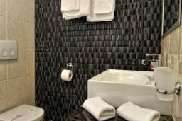 Ванная комната. Черногория, Бечичи : Трехместный номер