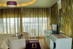Спальня. Черногория, Рафаиловичи : Стандартный номер с балконом и шикарным видом на море