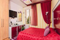 Спальня. Черногория, Рафаиловичи : Стандартный номер с двуспальной кроватью