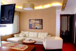 Гостиная. Черногория, Рафаиловичи : Семейный номер с балконом и шикарным видом на море