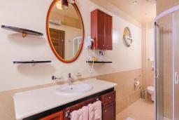 Ванная комната. Черногория, Рафаиловичи : Семейный номер с балконом и шикарным видом на море
