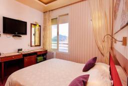 Спальня. Черногория, Рафаиловичи : Семейный номер с балконом и шикарным видом на море