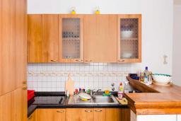 Кухня. Черногория, Рафаиловичи : Апартамент с двумя спальнями