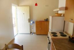 Кухня. Черногория, Мельине : Апартамент с отдельной спальней, с балконом и видом на море