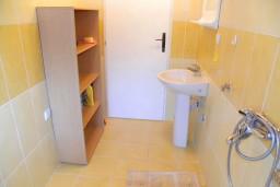 Ванная комната. Черногория, Мельине : Апартамент с отдельной спальней, с балконом и видом на море