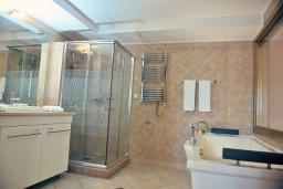 Ванная комната. Черногория, Пераст : A4 Executive Suite - Separate Bedroom