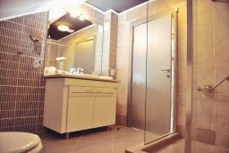 Ванная комната. Черногория, Пераст : A7 Penthouse Suite - Separate Bedroom