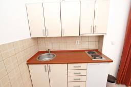 Кухня. Черногория, Петровац : Апартамент с отдельной спальней с видом на море