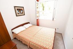 Спальня. Черногория, Петровац : Апартамент с отдельной спальней с видом на море