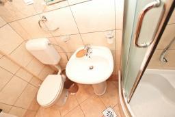 Ванная комната. Черногория, Петровац : Апартамент с отдельной спальней с видом на море