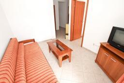 Гостиная. Черногория, Петровац : Апартаменты на 4+1 персон, 2 спальни, с видом на море