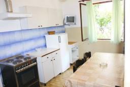 Кухня. Черногория, Зеленика : Апартамент для 6 человек с двумя отдельными спальнями, с террасой и видом на сад