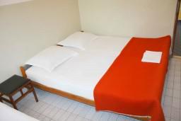 Спальня. Черногория, Зеленика : Апартамент для 6 человек с двумя отдельными спальнями, с террасой и видом на сад