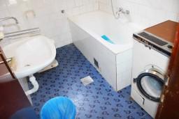 Ванная комната. Черногория, Зеленика : Апартамент для 6 человек с двумя отдельными спальнями, с террасой и видом на сад