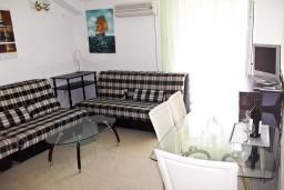 Гостиная. Черногория, Петровац : Апартамент c видом на сад в 300 метрах от моря