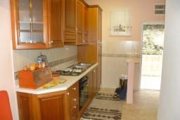 Кухня. Черногория, Нивице : Апартамент с отдельной спальней, с большим балконом, с видом на море и на сад
