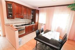Кухня. Черногория, Нивице : Двухэтажный апартамент для 6 человек с двумя отдельными спальнями, с двумя ванными комнатами, с двумя балконами, с видом на море и на сад