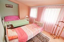 Спальня 2. Черногория, Нивице : Двухэтажный апартамент для 6 человек с двумя отдельными спальнями, с двумя ванными комнатами, с двумя балконами, с видом на море и на сад