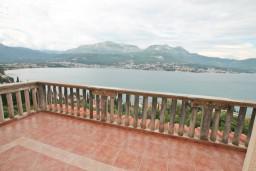 Балкон. Черногория, Нивице : Двухэтажный апартамент для 6 человек с двумя отдельными спальнями, с двумя ванными комнатами, с двумя балконами, с видом на море и на сад