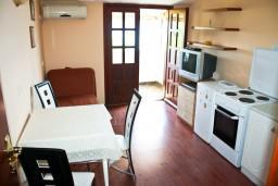 Гостиная. Черногория, Тиват : Апартамент с отдельной спальней и шикарным видом на море
