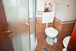 Ванная комната. Черногория, Тиват : Апартамент с отдельной спальней и шикарным видом на море