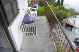 Балкон. Черногория, Нивице : Апартамент с отдельной спальней, с балконом, с видом на море и на сад