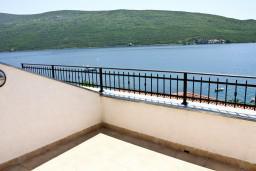 Балкон. Черногория, Кумбор : Новый двухуровневый апартамент ALBION с 2-мя спальнями и ваннами, огромная терраса с видом на море