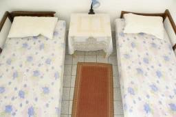 Черногория, Нивице : Апартамент для 5 человек с отдельной спальней, с балконом, с видом на море и на сад