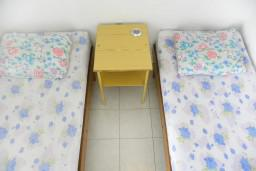 Спальня. Черногория, Нивице : Апартамент с отдельной спальней, с балконом, с видом на море и на сад