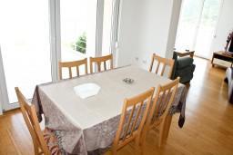 Гостиная. Черногория, Герцег-Нови : Дом с бассейном с 3-мя отдельными спальнями, с 2-мя кухнями, с шикарным видом на море
