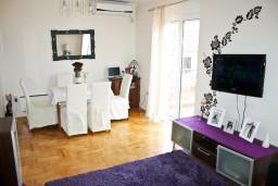 Гостиная. Черногория, Игало : Апартамент для 4-5 человек, 2 отдельных спальни