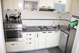 Кухня. Черногория, Игало : Апартамент для 4-5 человек, 2 отдельных спальни