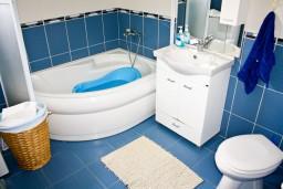 Ванная комната. Черногория, Игало : Апартамент для 4-5 человек, 2 отдельных спальни