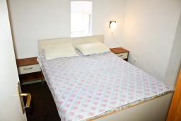 Спальня 2. Черногория, Жанице / Мириште : Каменный домик в национальном Черногорском стиле со своим приватным двориком, летней кухней, с 4-мя спальнями, 2 ванными комнатами, до чистейшего галечного пляжа Жанице 100 метров.