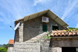 Фасад дома. Черногория, Жанице / Мириште : Каменный домик в национальном Черногорском стиле со своим приватным двориком, летней кухней, с 4-мя спальнями, 2 ванными комнатами, до чистейшего галечного пляжа Жанице 100 метров.