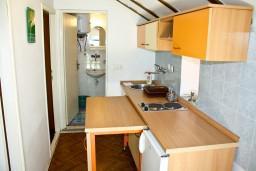 Кухня. Черногория, Жанице / Мириште : Апартамент для 4 человек, 2 отдельных спальни, 50 метров до моря