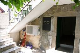Вход. Черногория, Жанице / Мириште : Апартамент для 4 человек, 2 отдельных спальни, 50 метров до моря