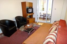 Гостиная. Черногория, Будва : Апартамент с отдельной спальней в 200 метрах от моря