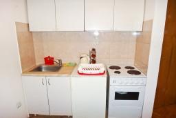 Кухня. Черногория, Будва : Апартамент с отдельной спальней в 200 метрах от моря