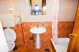 Ванная комната. Черногория, Будва : Апартамент с отдельной спальней в 200 метрах от моря