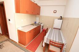 Кухня. Черногория, Игало : Апартамент с отдельной спальней рядом  с детским пляжем