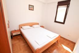 Спальня. Черногория, Игало : Апартамент с отдельной спальней рядом  с детским пляжем