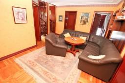 Гостиная. Черногория, Герцег-Нови : Большой апартамент на 10 человек, с пятью спальнями и огромной террасой с потрясающим видом на море