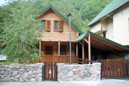 Фасад дома. Черногория, Колашин : Дом в Колашине с 3-мя отдельными спальнями